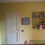 Pareti pittura Farrow & Ball color Hay, mobile a sinistra color India Yellow